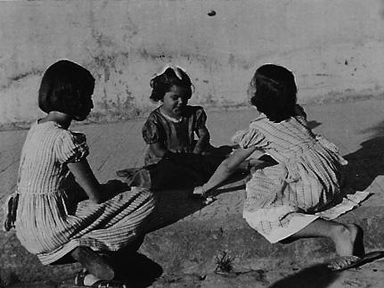 Jogo das pedrinhas, Vitória, ES. Na fotografia que ilustra a 'ponte' ou 'arco' a menina é canhota. Foto Guilherme Santos Neves.