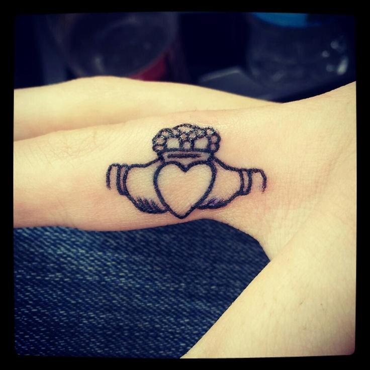 tatuaje anillo claddagh dedo