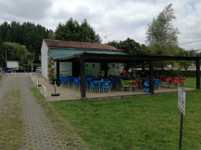 Esplanada do bar da Praia de Serpins