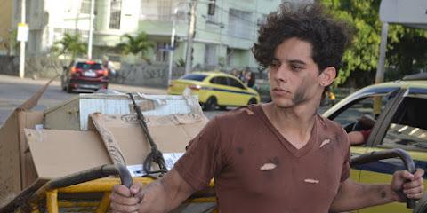 Lucas Carvalho posa de 'mendigato' para ensaio