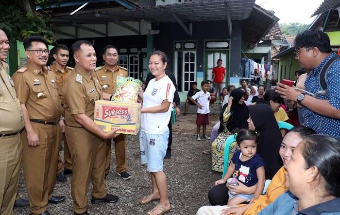 Plt.Nanang Ermanto Sambangi Dan Menyerahkan Bantuan Sembako Korban Banjir Di Kec. Bakauheni Lamsel.