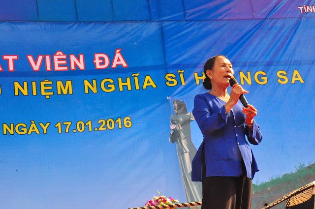 Bà Hảo hát trong buổi lễ đặt viên đá xây khu tưởng niệm Hoàng Sa trên núi Thới Lới (Lý Sơn, Quảng Ngãi) ngày 17-1