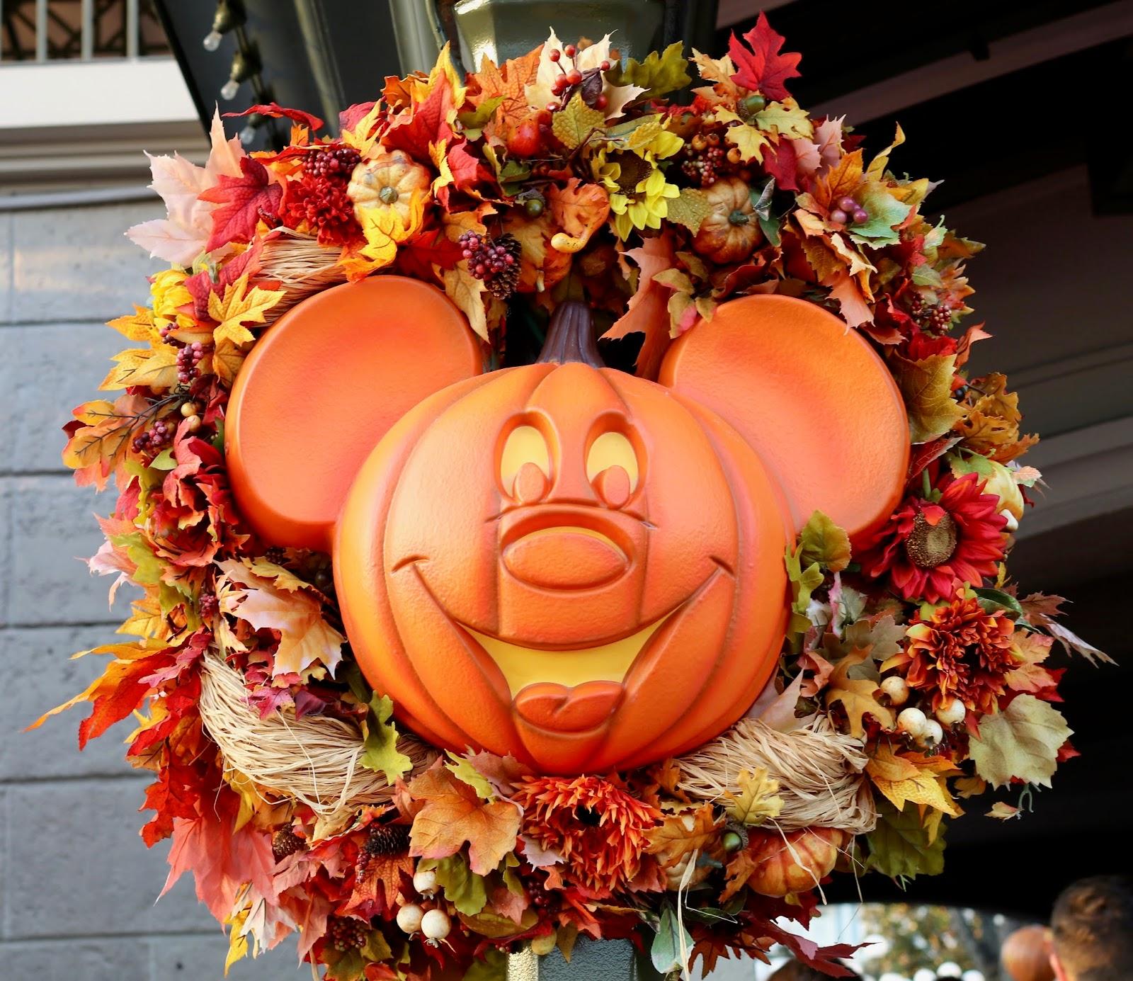 Disney-World-Magic-Kingdom-Fall-Halloween-decorations-wreath