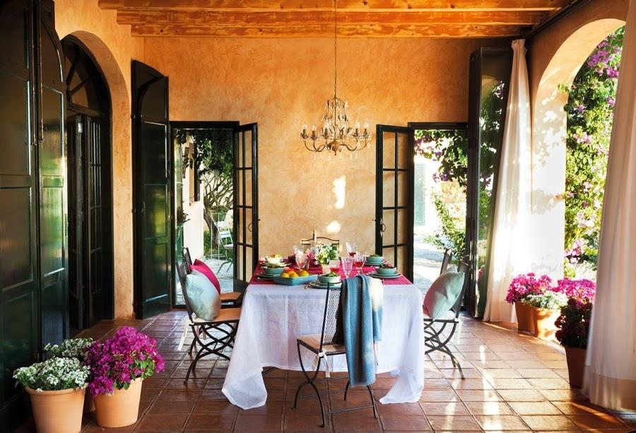 Dom ze wspaniałym ogrodem i jadalnią na świeżym powietrzu, wystrój wnętrz, wnętrza, urządzanie domu, dekoracje wnętrz, aranżacja wnętrz, inspiracje wnętrz,interior design , dom i wnętrze, aranżacja mieszkania, modne wnętrza, styl klasyczny, classic style, styl rustykalny, taras, ogród, patio, weranda, jadalnia