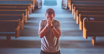 om la rugăciune într-o biserică - imagine preluată de pe unsplash.com