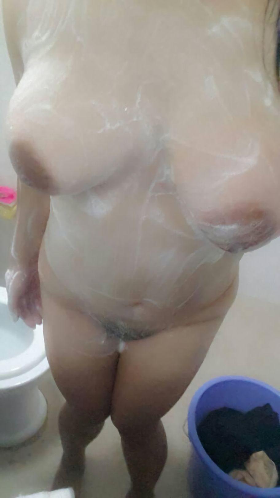 foto bugi cewek toket gede montok lagi mandi. Gambar bokep wanita payudara gede memek jembut lebat mandi sambil narsis,cewek telanjang, memek basah