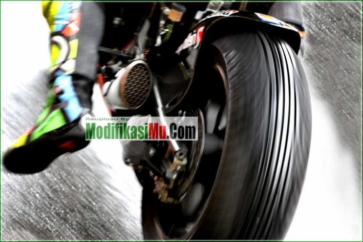 Ban Tipe Basah Valentino Rossi Alur Kembangnya Banyak - 5 Tip Cara Memilih Ban Motor Terbaik Untuk Harian Jalan Basah dan Kering