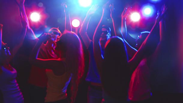 Студентка по педагогика се съблече чисто гола в нощен клуб заради обещан iPhone 7  (ВИДЕО+18)