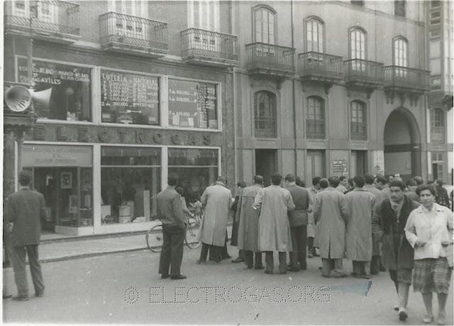 Consultando lotería Navidad en Electrogás Avilés comienzos de los 60