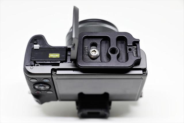 Hejnar D035 QR plate mounted on Canon EOS M5 - bottom view battery door open