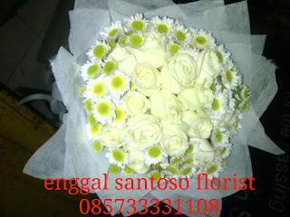 rangkaian bunga tangan nuansa putih