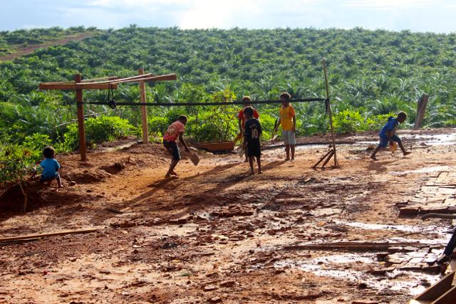 Tampak anak-anak Kampung Selil Distrik Uliln bermain bulutangkis di areal HGU Bio Inti Agrindo 2 - Jubi