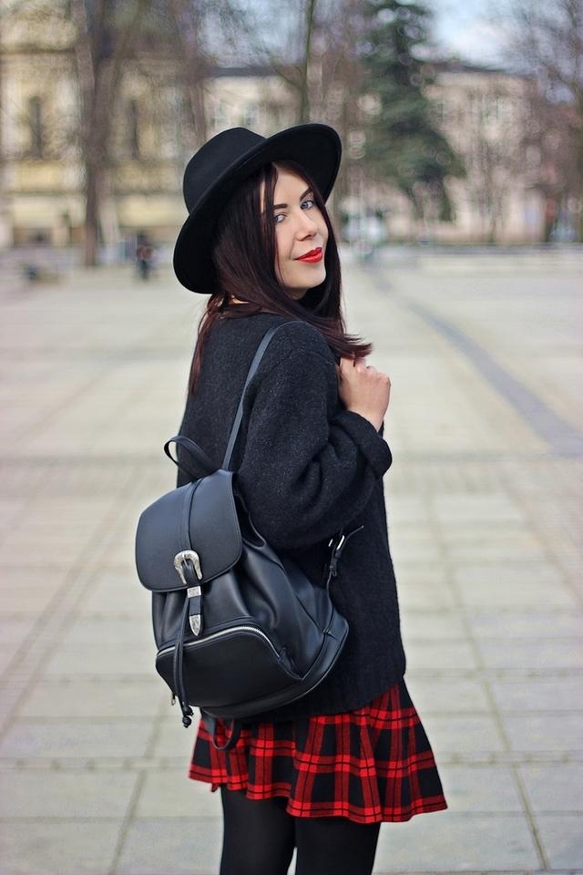 jak nosić kapelusz stylizacja grunge stylizacja z plecakiem spódnica w kratę blog