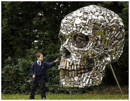 Escultura caveira em latas por Subodh Gupta