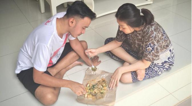 Makan lesehan tanpa meja (nulis.co.id)