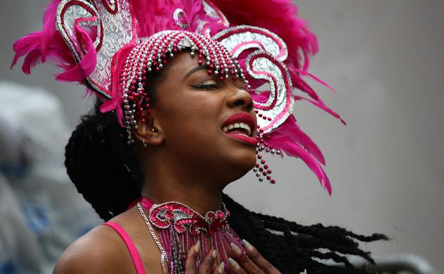mujer caribena mostrando su orgullo de tu cultura negra
