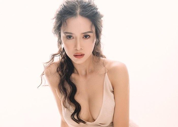 'Lác mắt' trước loạt váy áo 'thiếu vải' phô trọn vòng 1 silicon của Vũ Ngọc Anh
