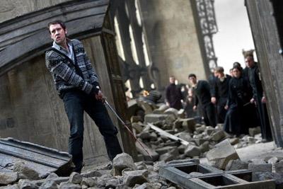 ator Matthew Lewis como Neville Longbottom com a espada de Gryffindor