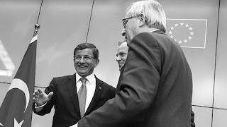 """""""3.000 millones de dólares en ayuda a los refugiados además de los 3.000 millones de dólares a los que ya se había comprometido, la completa liberalización de los visados para los ciudadanos turcos en la Unión Europea antes de junio, la aceleración de la solicitud de Turquía para unirse al bloque, así como el compromiso de reubicar a muchos de los refugiados sirios que Turquía acoge"""", explica Karnitschnig, añadiendo que estas condiciones suponen un mensaje claro de Turquía a Europa: """"Nos necesitan más que nosotros a ustedes""""."""