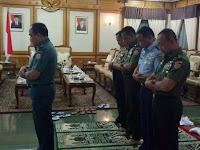 Foto 5 jendral Pimpinan TNI dan Polri Shalat Berjamaah Ini Bikin Heboh
