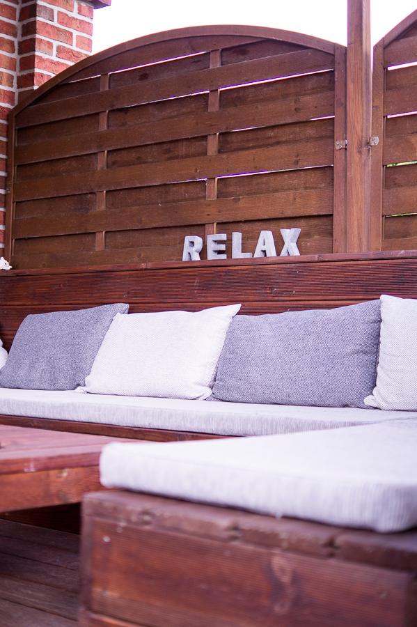 Blog + Fotografie by it's me | fim.works | Ein Garten im Norden | Lounge-Ecke | RELAX-Schriftzug aus Beton