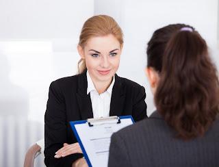 Entrevista trabajo a mujer joven
