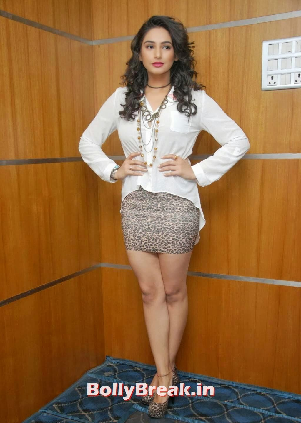 Actress Ragini Dwivedi Hot Photos In Mini Skirt - 6 Pics-3520