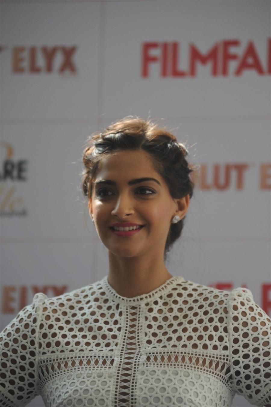 High Quality Bollywood Celebrity Pictures Sonam Kapoor -7248