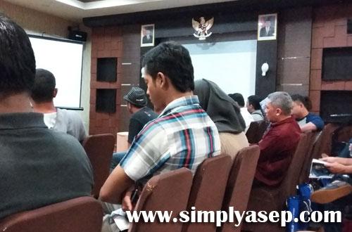 NGANTUK : Saat sesi pengenalan produk terbaru ASUS disampaikan mendapat perhatian serius dari para peserta seminar kecuali bapak yang satu ini. Teridur. Foto Asep Harono