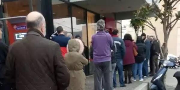 Ο μεσαίωνας ειναι εδώ!! σε συνδυασμό με την ηλιθιότητα της αγέλης: Ουρές έξω από τα μαγαζιά από τις 7:30 το πρωί