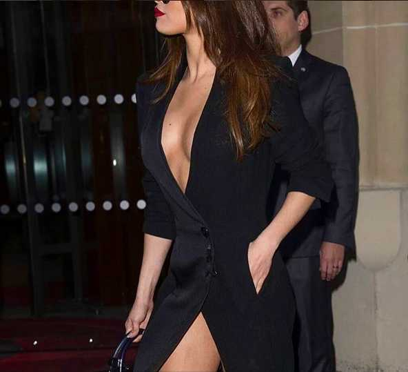 SELENA GOMEZ CLEAVAGE SIDE ANGLE SHORT SKIRT THIGHS BUTT EXPOSE