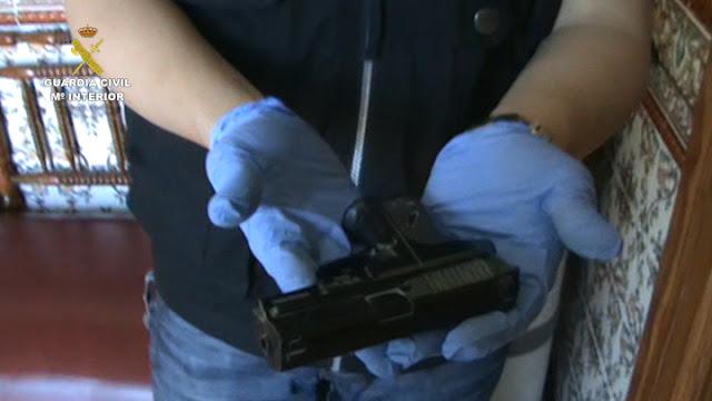 Una de las armas simuladas incautadas por la Guardia Civil