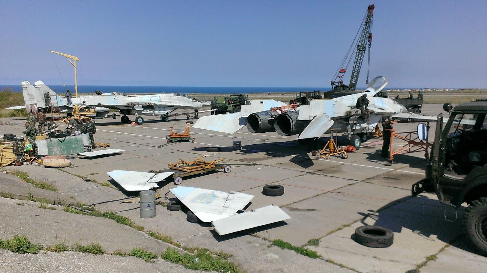 Підготовка літаків до транспортування на материкову частину України