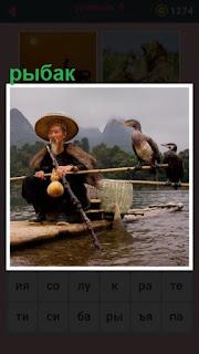 рыбак в шляпе плывет на лодке и птицы у него на шесте