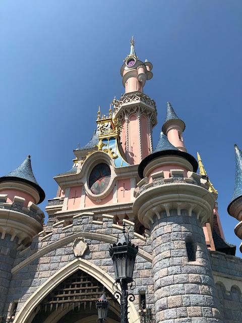 El castillo visto desde bajo, todo color rosa con sus pequeños destellos