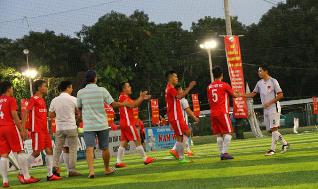 Các cầu thủ Bắc Việt FC ăn mừng sau khi tiếng còi kết thúc