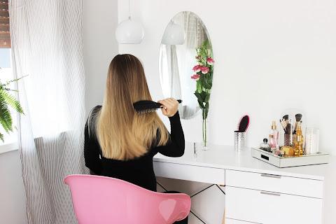 Aranżacja mojej toaletki: biała toaletka i różowe krzesło ♥ - czytaj dalej »