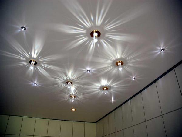 Точечное освещение потолков в зале