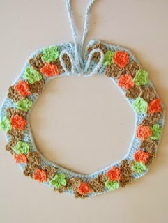 http://chabepatterns.com/free-patterns-patrones-gratis/jewelry-joyeria/crochet-collar-with-flowers-cuello-con-flores-a-ganchillo/