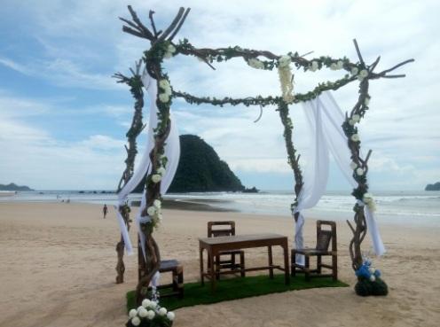Pernikahan di Pulau Merah Banyuwangi.