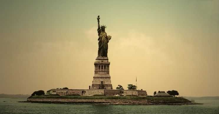 Döneminin en büyük heykellerinden biriydi, hatta en büyük bakır heykeldi.