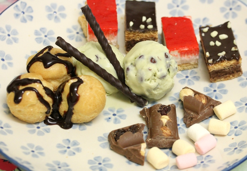 Valentine's day dessert plate green tea ice cream red beans choux cream mint chocolate sticks aldi partygebak albert heijn tompouce mini marshmallows