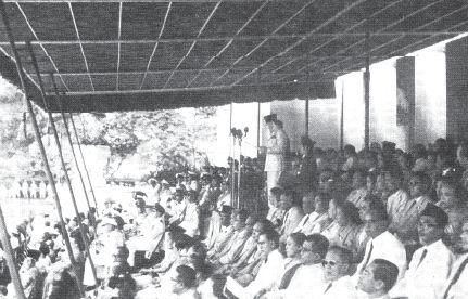 Presiden Soekarno sedang berpidato dalam upacara peringatan hari ulang tahun RI pada tanggal 17 Agustus 1960 di halaman istana merdeka. Dalam pidatonya, Presiden Soekarno memaklumkan pemutusan hubungan diplomatik dengan Belanda.