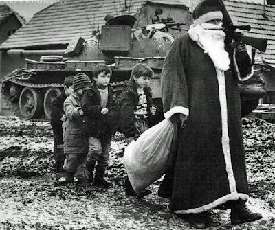 Der Weihnachtsmann im Krieg mit Gewehr und Panzer lustig