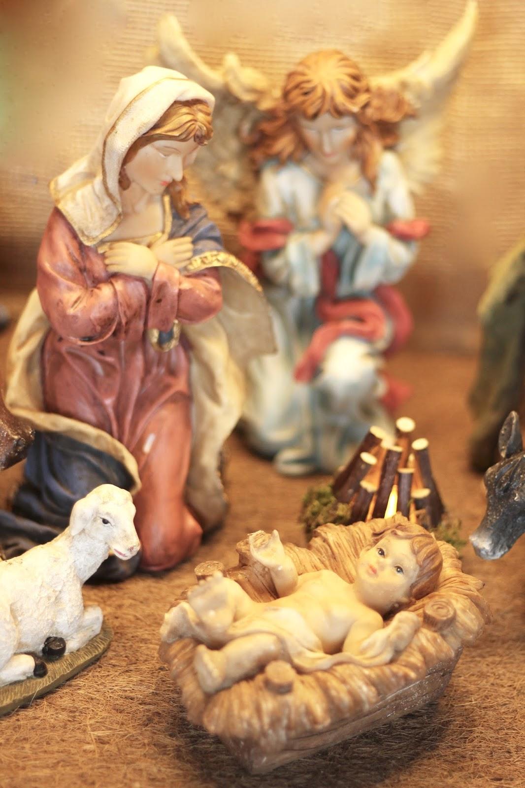 Selbst gebaute Weihnachtskrippe mit Figuren aus Polyresin oder Kunstharz: Maria und der Engel