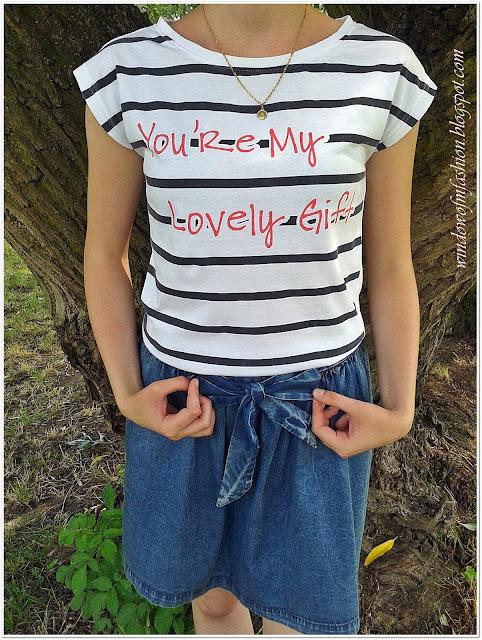 Bluzka w marynistyczne paski z napisem, jeansowa spódniczka z kokardą