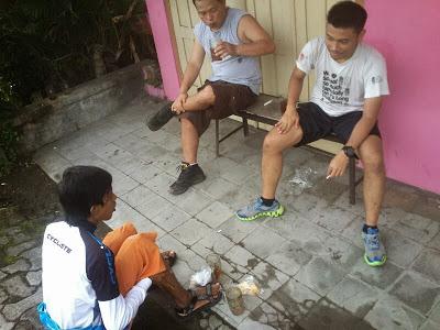 Aku dan Maftuh (Bike2Ugm) sedang berbincang dengan salah satu pesepeda lain