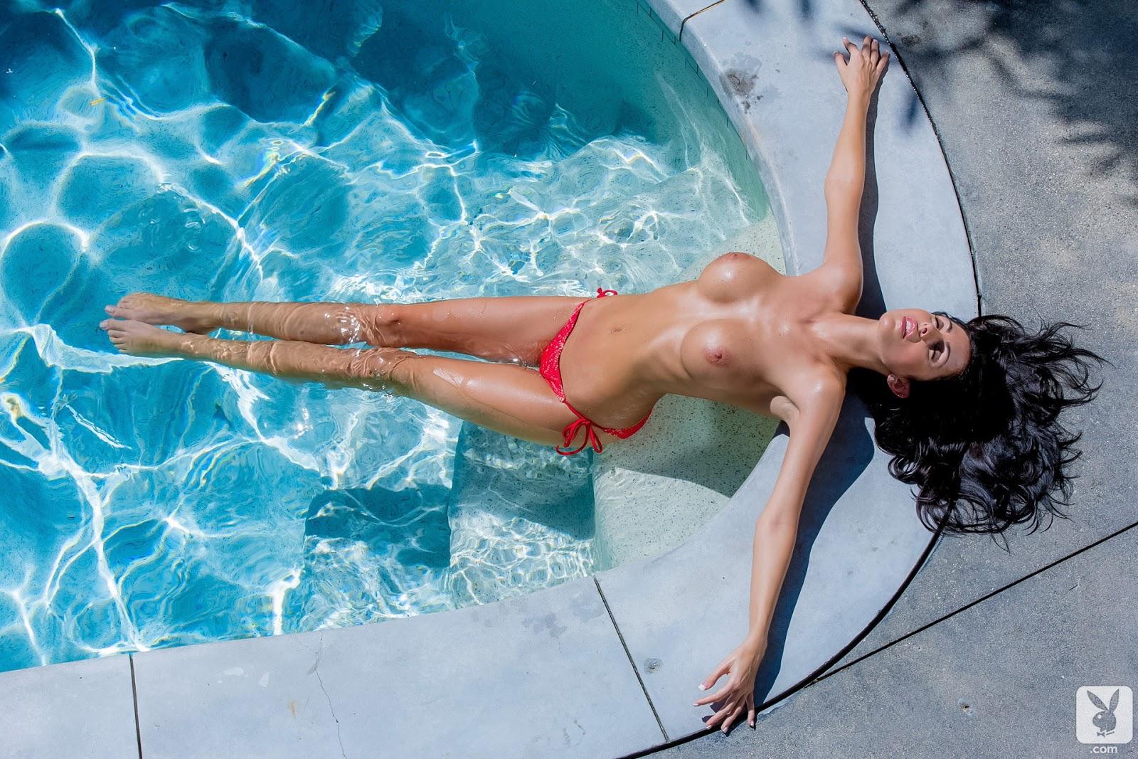 prodavshitsa-soblaznila-fotka-topless-v-basseyne-film-poshedshaya-rukam
