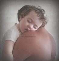 portage bébé RGO reflux gastro oesophagien position physiologique cambre raide hauteur bisous épaule tête