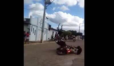 Vídeo registra colisão frontal envolvendo duas motos, em Piritiba
